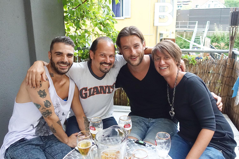 Luca Vallante, Steff Chiovelli, Patrique Etter und Barbara Glenz (von links nach rechts) auf der Gewerbehalle-Terrasse.