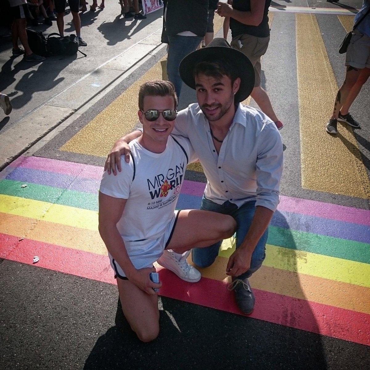 Denis Kläfiger (r.) mit «Mister Gay World» am Pride Festival, das letztes Jahr in Bern stattfand.