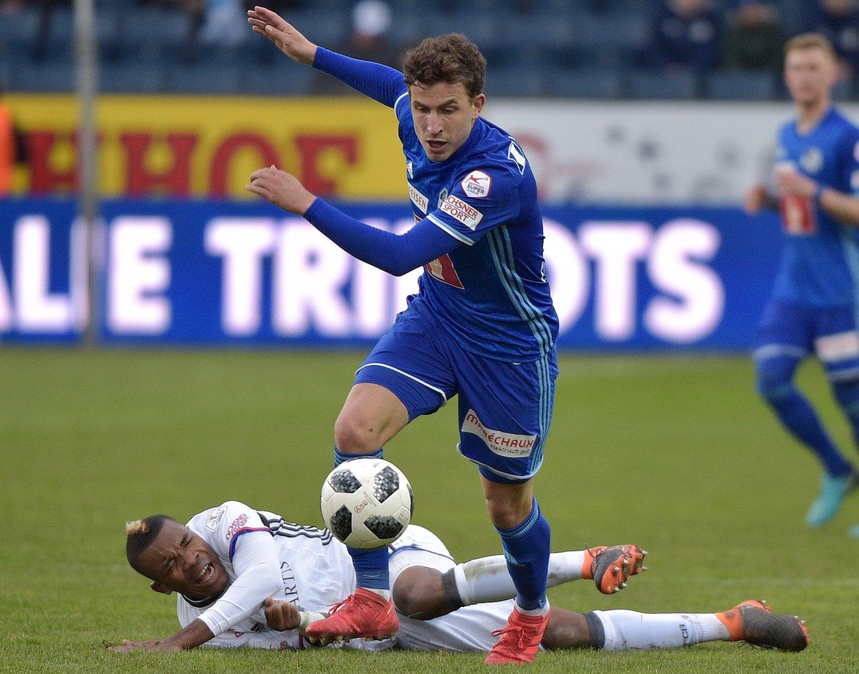 Olivier Custodio wehrt sich im Zweikampf gegen Basels Serey Dié.