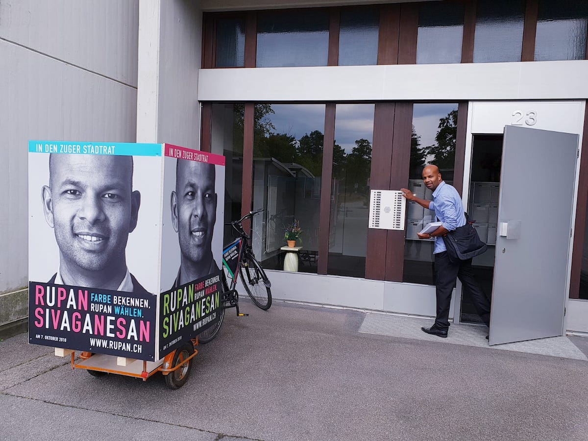Mit «Muskel-Power» statt mit »Money-Power» ist Rupan Sivaganesan, Zuger SP-Kandidat für den Stadtrat und fürs Stadtpräsidium, im Wahlkampf unterwegs.