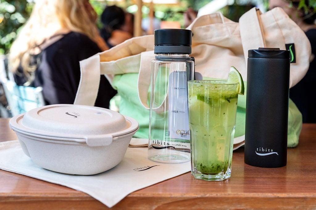 Die Trinkflaschen von Tibits: Die schwarze Thermoskanne aus Edelstahl eignet sich für den Kaffee.