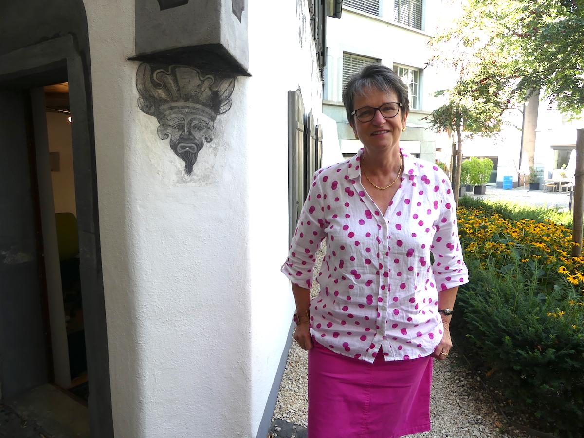 Frauenzentrale-Präsidentin Heidi Hauenstein vor dem Gloriettli, in dem sie ihr Büro hat.