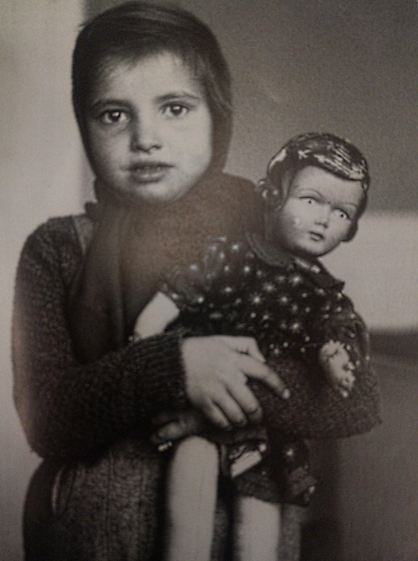 Ungarisches Flüchtlingsmädchen mit geschenkter Puppe in Luzern 1956, aus Mondo Annoni (Hg.), Erinnerungen an Luzern 1955-1975, S. 27