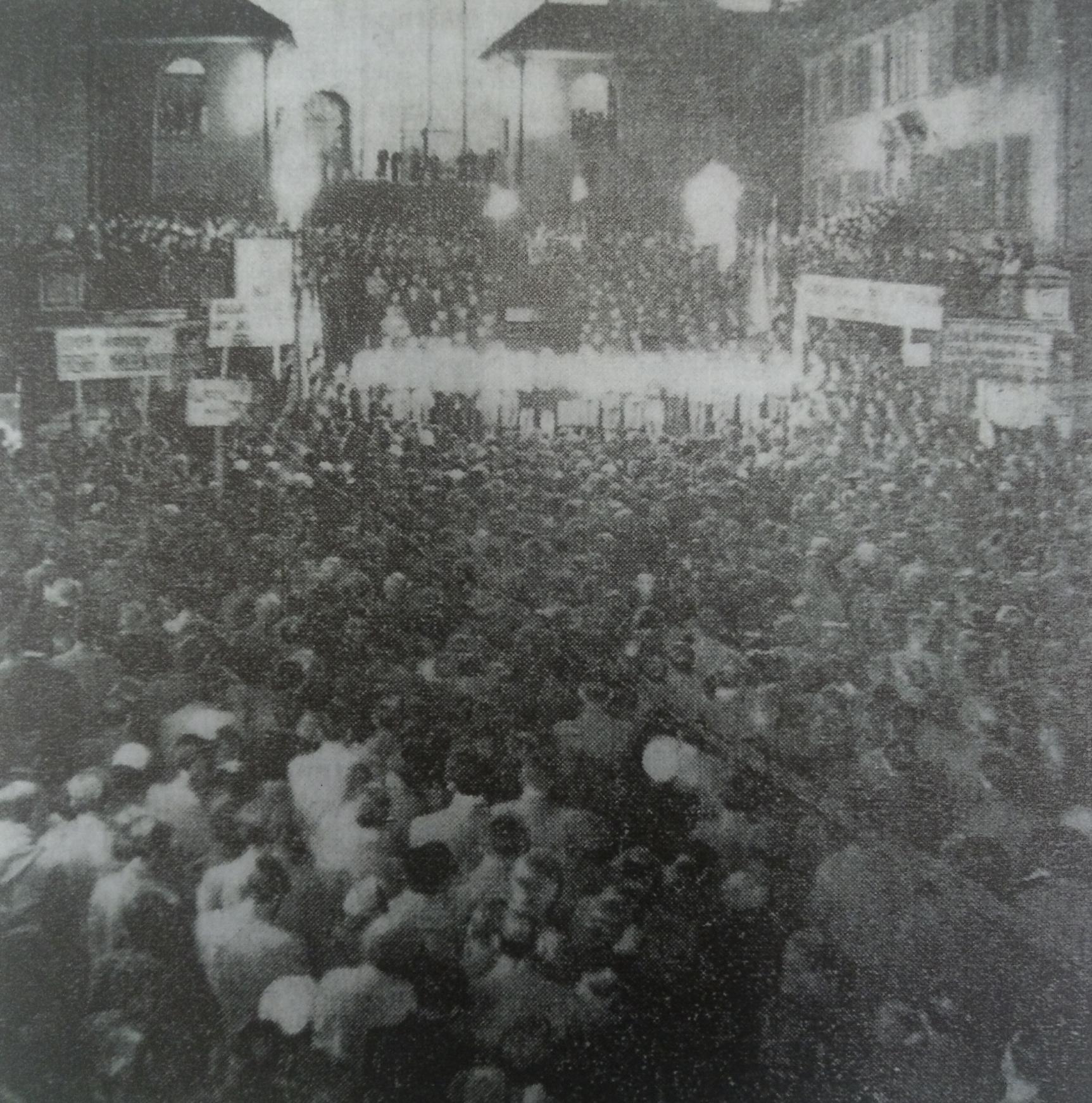 Nächtliche Kundgebung für Ungarn vor der Luzerner Hofkirche, aus Luzerner Tagblatt, Foto: W.Wyss, 6.November 1956, S.7.