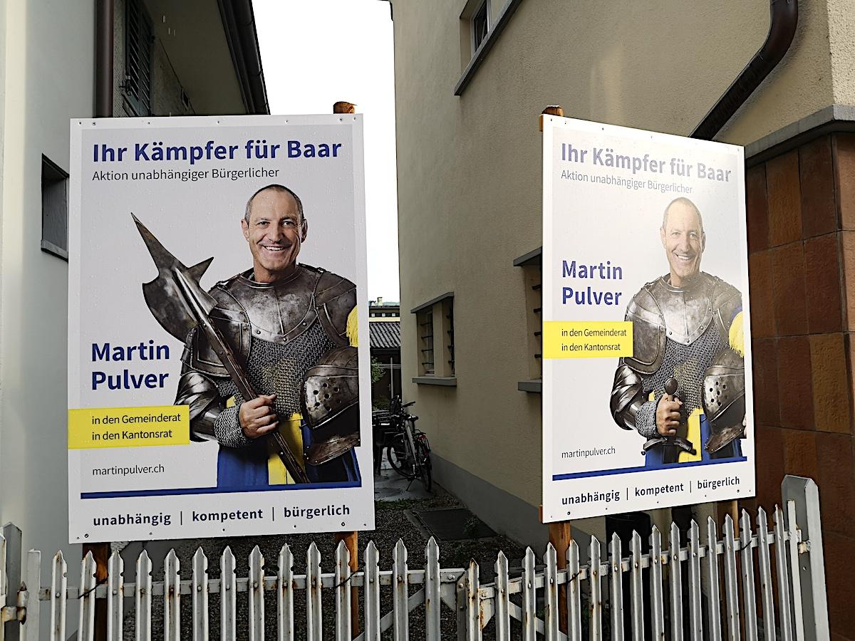 Wechselweise mit Hellebarde oder mit Schwert: Der unabhängige Baarer Gemeinde- und Kantonsratskandidat Martin Pulver hat sichtlich aufgerüstet – auf jeden Fall gibt er sich ritterlich.