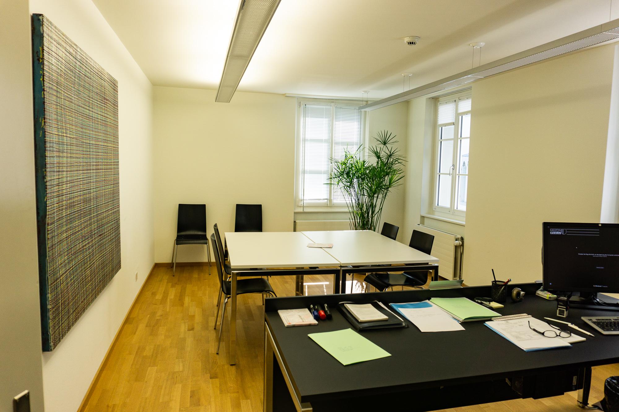 Hier wird gefeilscht: Das Zimmer für Schlichtungsverhandlungen am Bezirksgericht in der Luzerner Altstadt.