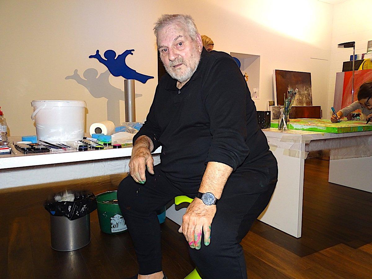 Elso Schiavo bemalte eine Nixe mit seinen Fischmotiven.