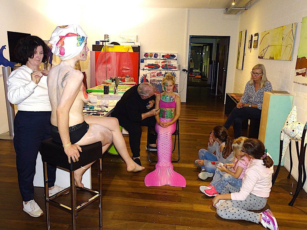 Das Bodypainting-Happening in der Galerie Arrigoni in Cham während der Zuger Kunstnacht.