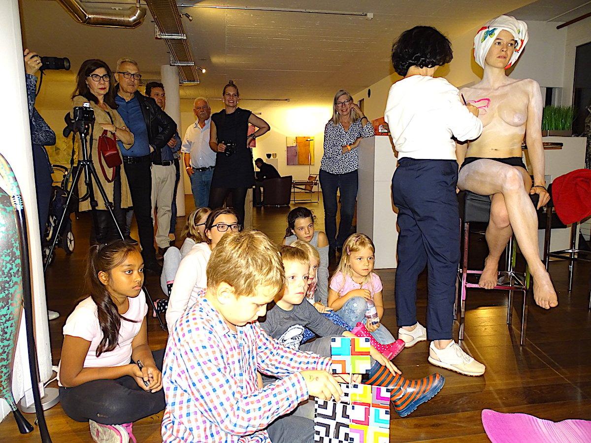 Das Publikum in der Zuger Kunstnacht in der Chamer Galerie Arrigoni.