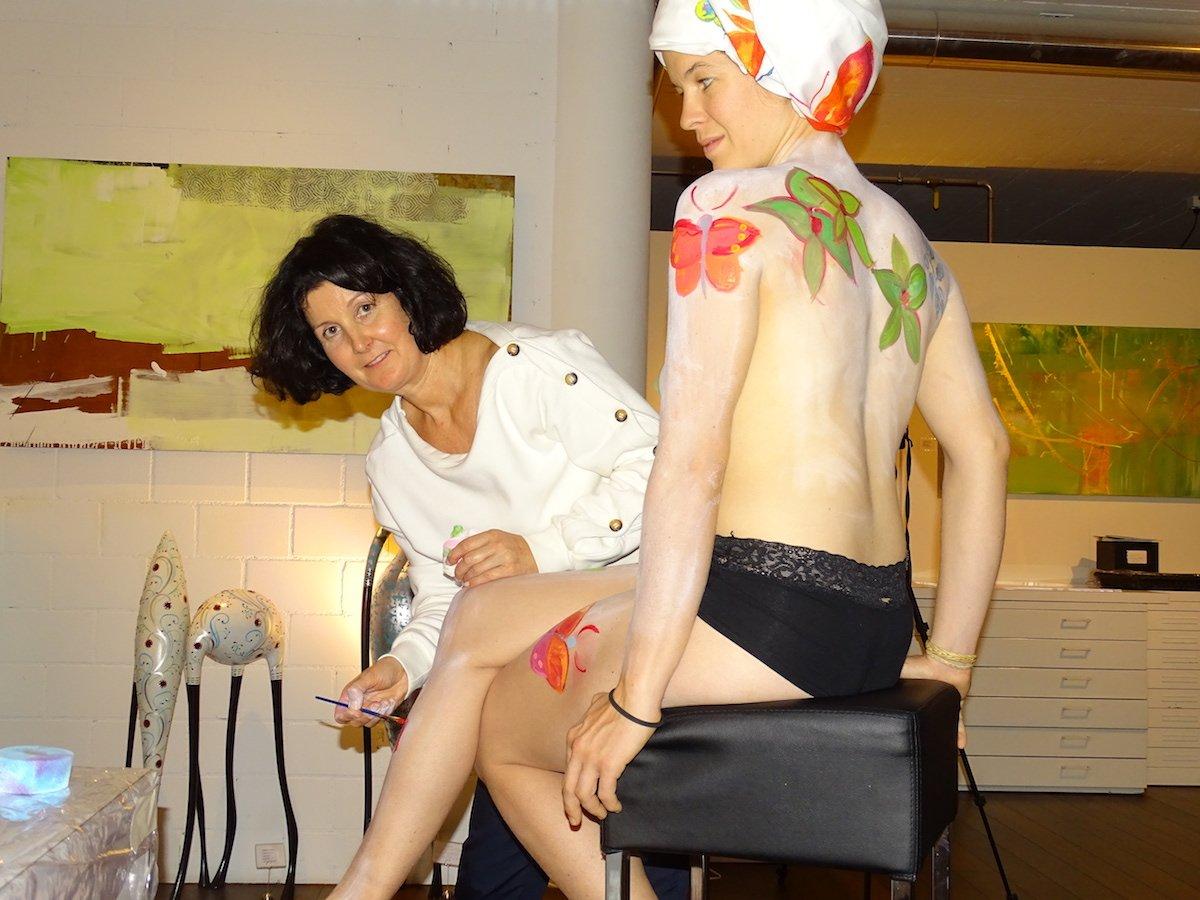 Mit feinem Pinselstrich bemalt Sandra Schawalder das Aktmodel Simona Zahner: «Haut ist weicher als Leinwand.»