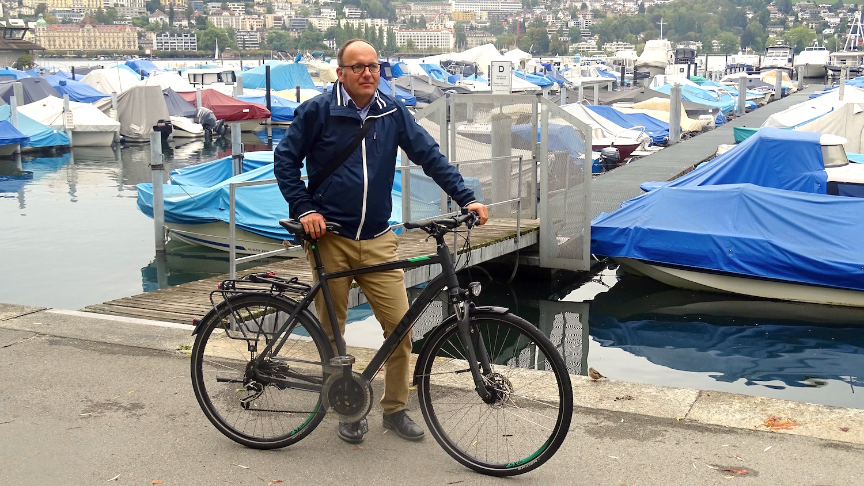 Daniel Furrer mit seinem Fahrrad am Vierwaldstättersee.