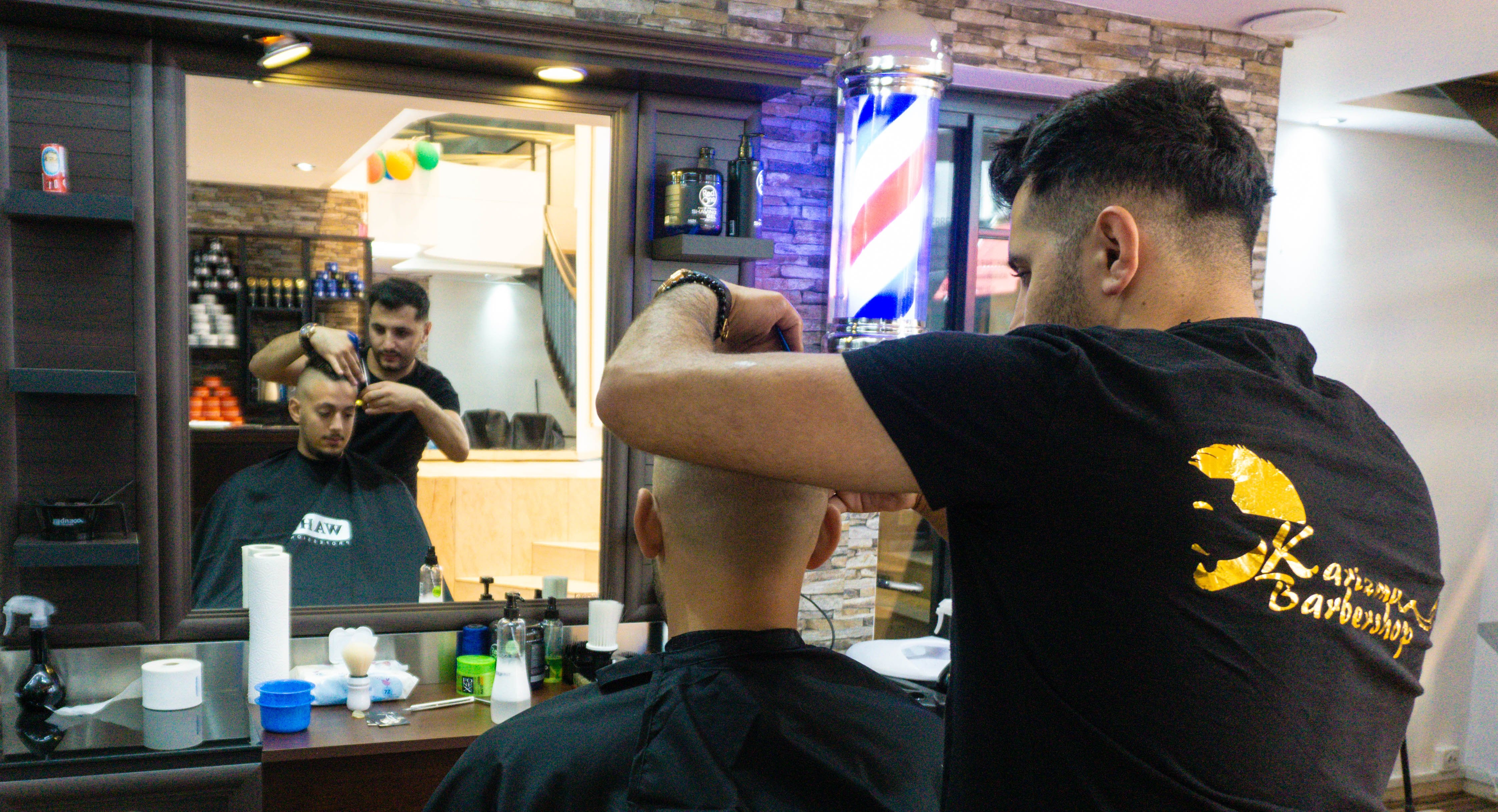 Kultobjekt und Wegweiser zugleich: Die rot-weiss-blau bemalte Stange – «Barberpole» oder «Barbierpfosten» genannt – symbolisiert, dass zugleich Haarschnitt und Rasur angeboten werden.