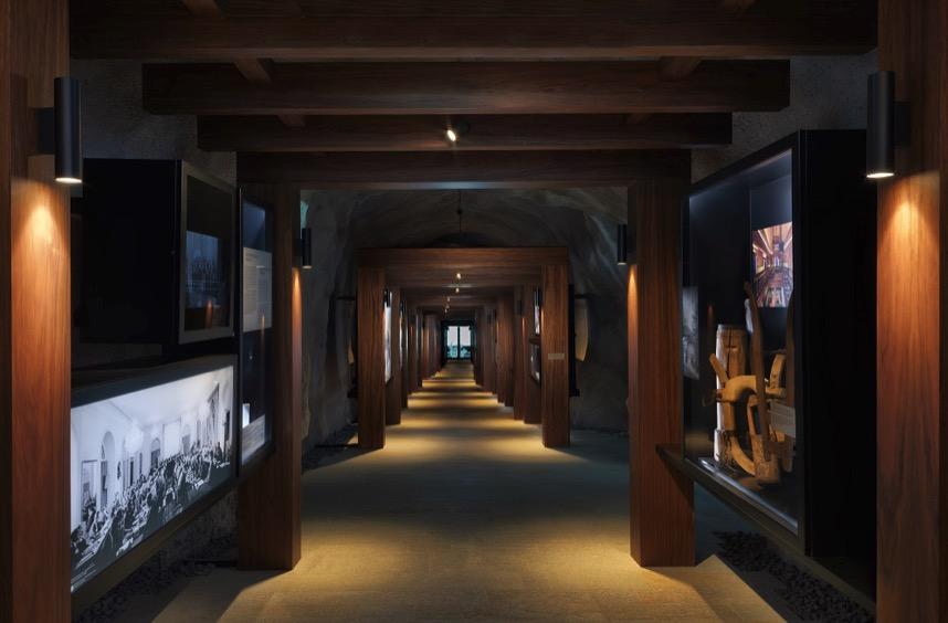 In einem langen Korridor können sich Gäste über die Geschichte des Bürgenstocks informieren.