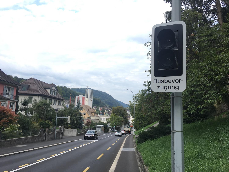 Fährt der Bus in die neue Station, wird die Ampel automatisch rot und der Chauffeur kann links vorbei fahren.
