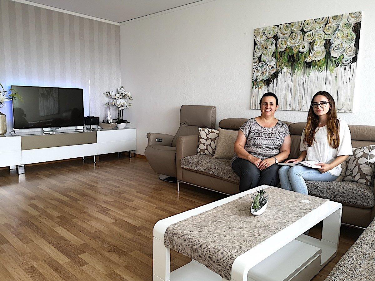 Die Familie Zendeli lebt im neunten Stock im 54-Familien-Hhaus in Inwil: Mutter Gazije und Tochter Mirlanda sitzen auf dem Sofa. Das hübsche Gemälde hat Mirlanda gemalt.