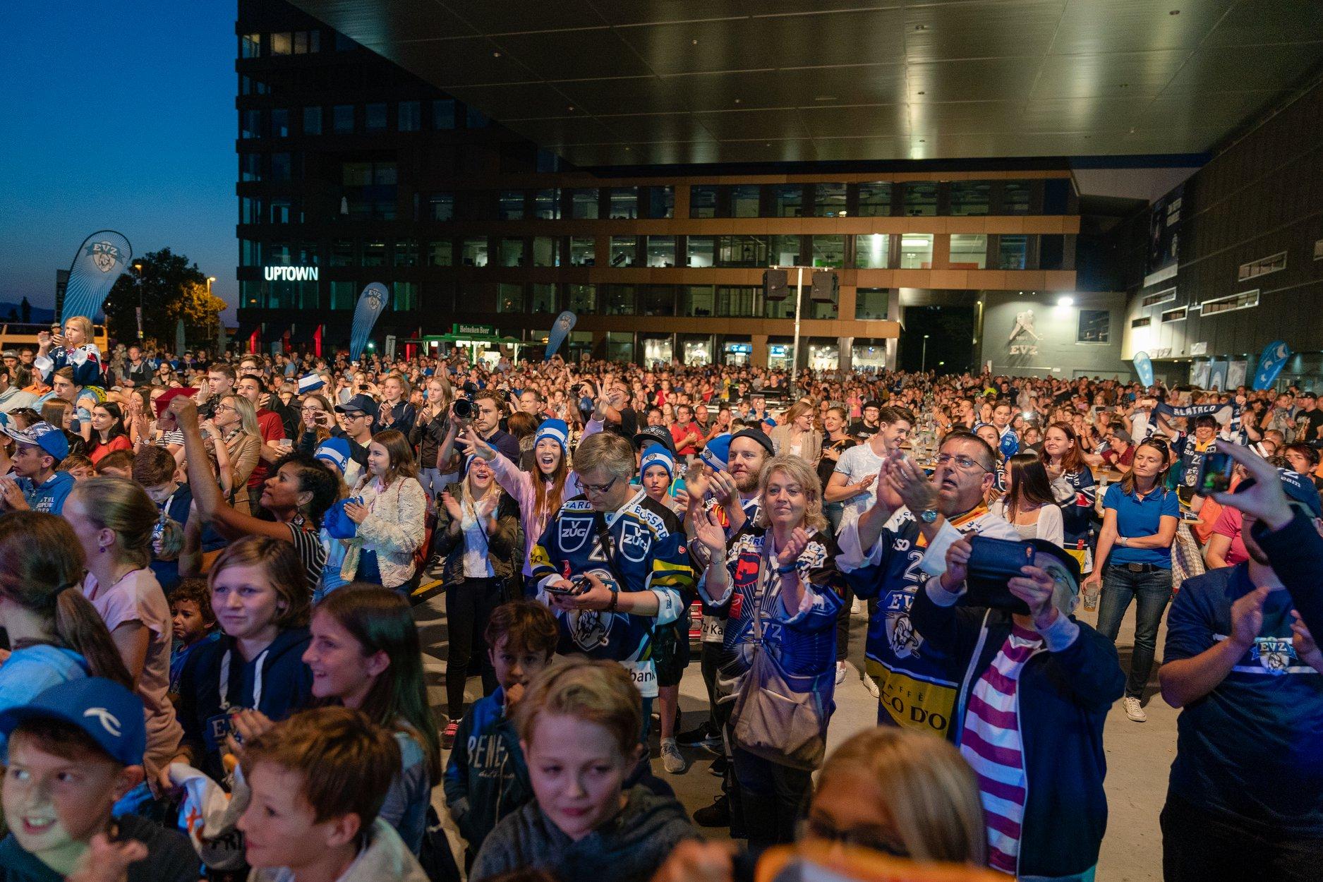 Sie sind startklar: EVZ-Fans pilgerten zahlreich an die Saisoneröffnung.
