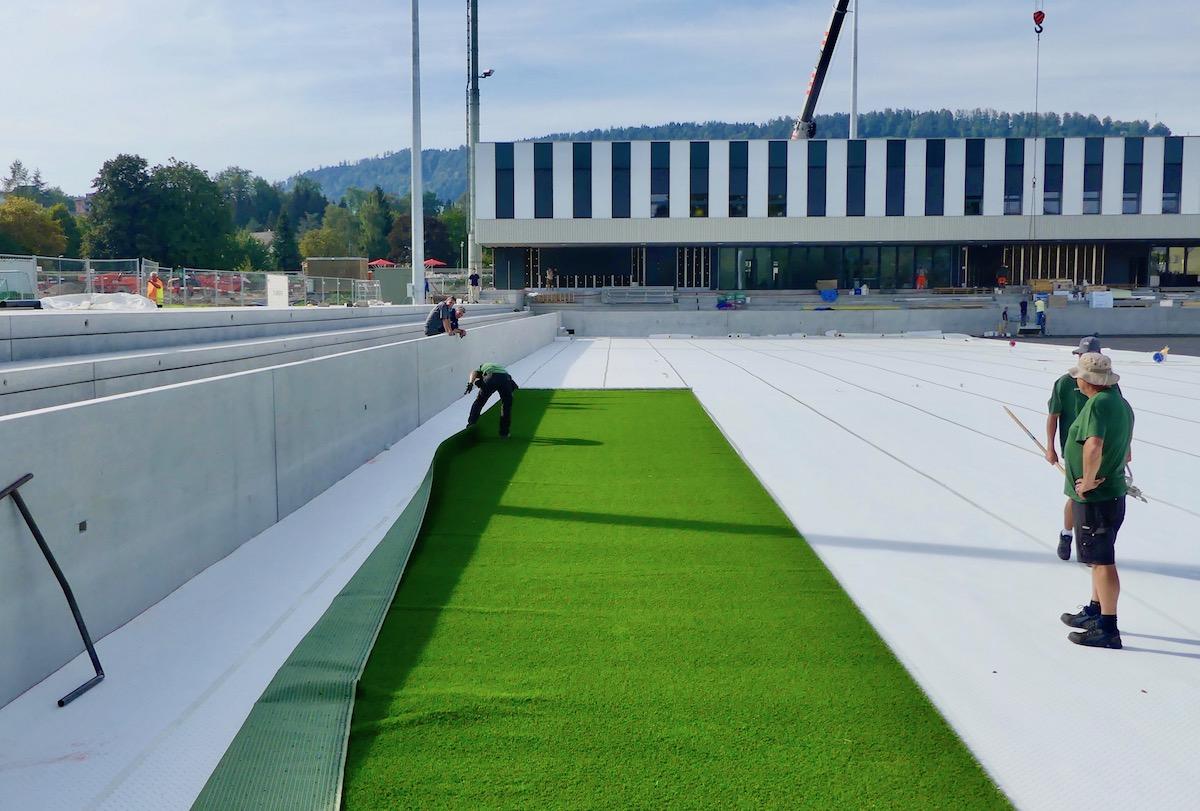 Der neue Krienser Stadionrasen wird verlegt.