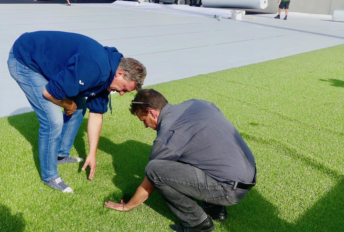 Bruno Galliker (links) und Christian Haas betrachten den neuen Rasen ganz genau.