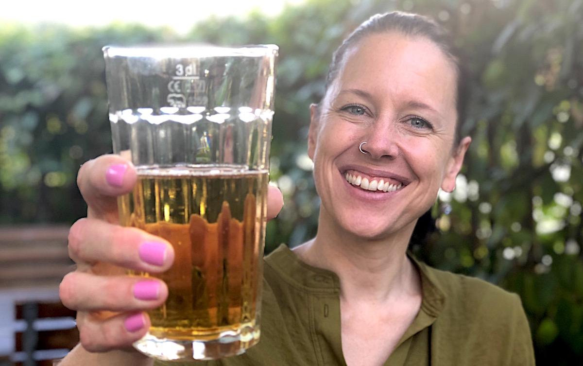 Kann auch feiern und trinken: Nicole Kammermann, hier am Nachmittag mit Apfelsaft.