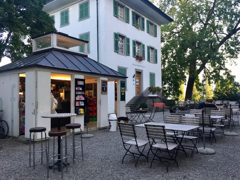 Nun ist es wieder etwas ruhiger: Das Sommercafe beim Richard Wagner Museum.