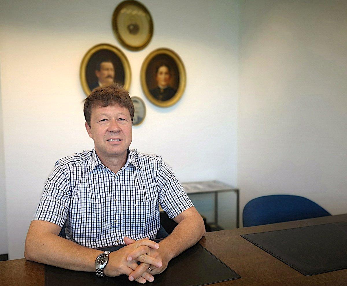 Die Hürlimänner: Unternehmer Tobias Hürlimann vor der Ahnengalerie in seiner Firma.