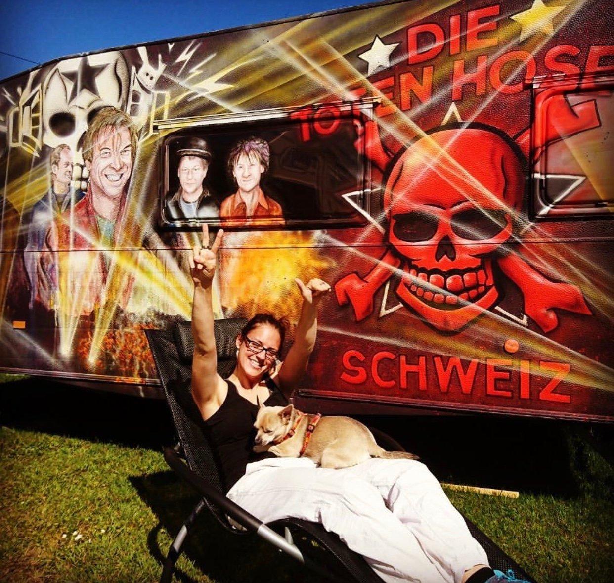 Domenika Hüsser wohnt im wohl auffälligsten Wohnwagen auf dem Platz.