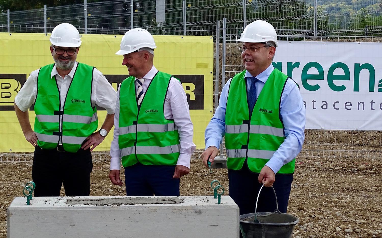 An der Grundsteinlegung des neuen Datencenter legte Grüter selbst Hand an.