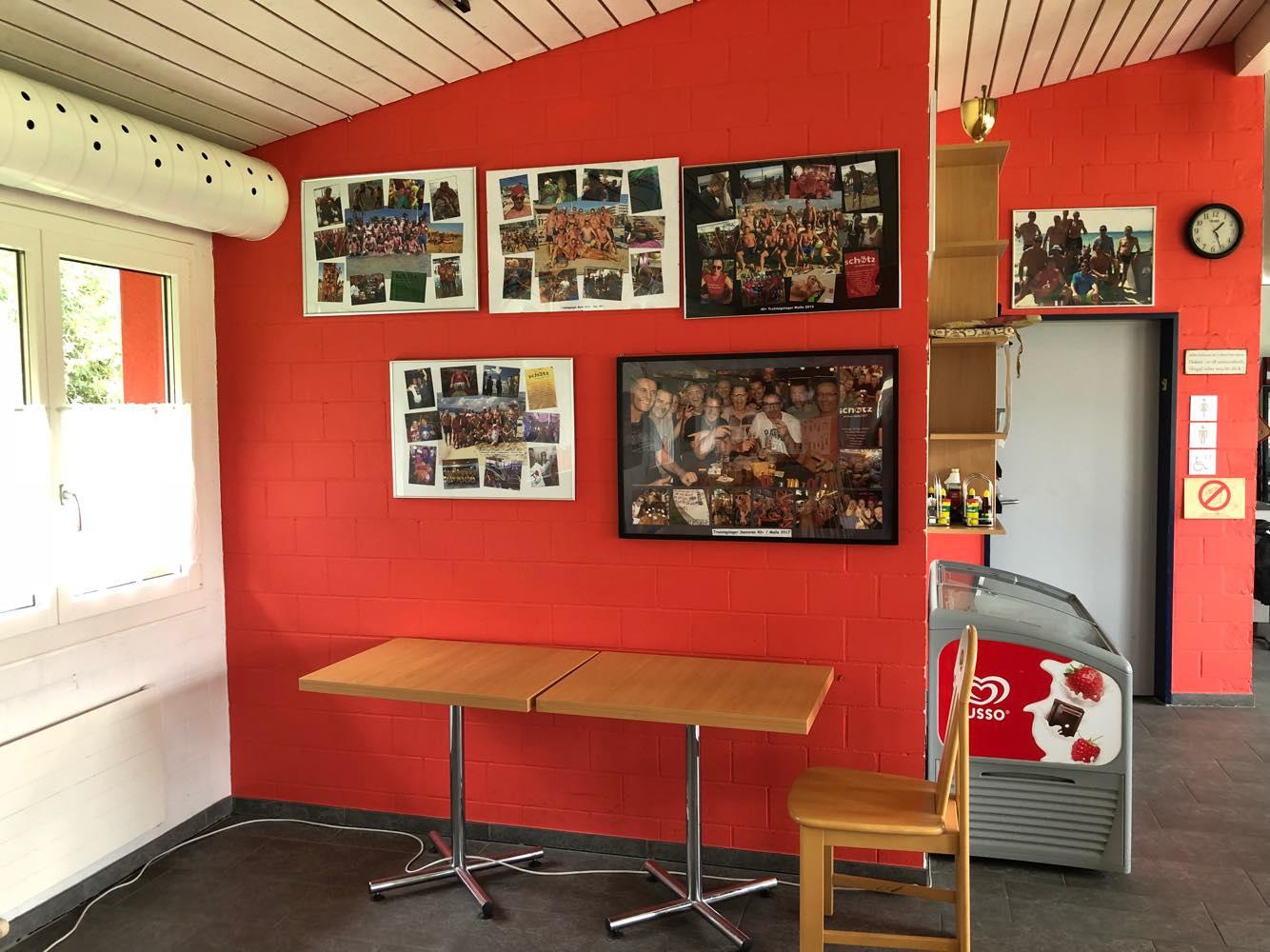 Noch heute zieren Mannschaftsspieler vergangener Tage die Wände. Thomas Häberli (Ex-BSC Young Boys) und Burim Kukeli (Ex-FCL-Mittelfeldregisseur) schnürten hier einst ihre Fussballschuhe.