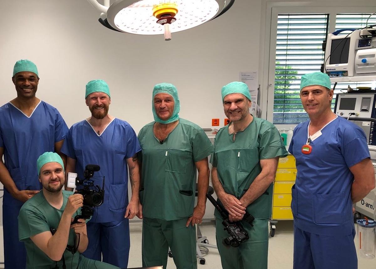 Das Team mit Arzt Stefan Wohlgemuth in der Mitte und Patient Christian Schiermayer links von ihm.