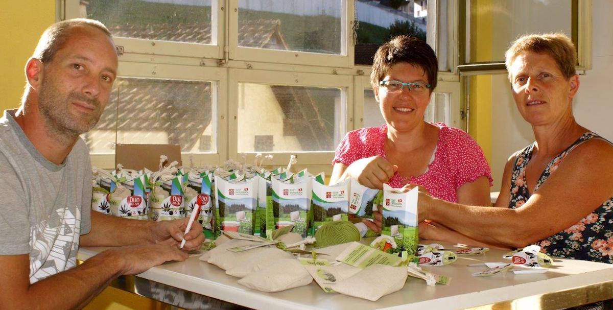Finden sich beim Teeverpaken: Samuel Ettlin, Sandra Steffen und Pia Bieri.