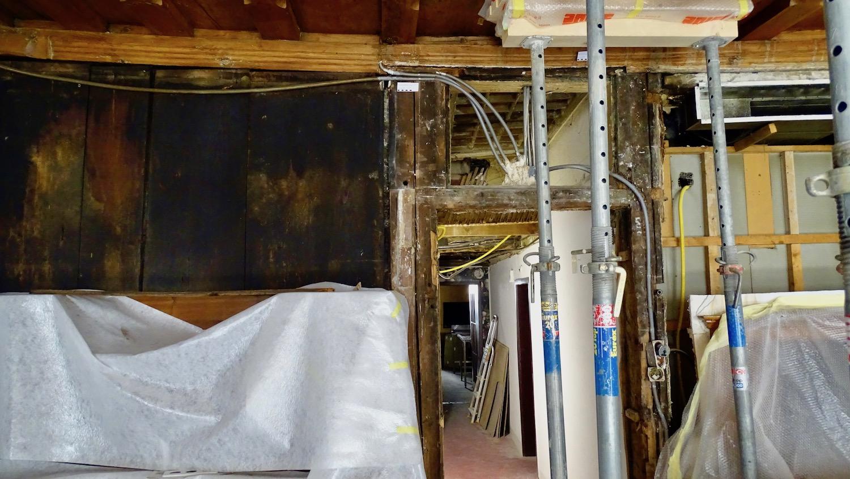 Diese Türe ging plötzlich nicht mehr zu. Da wurde klar, dass sich der historische Borromäussaal leicht abgesenkt hatte.