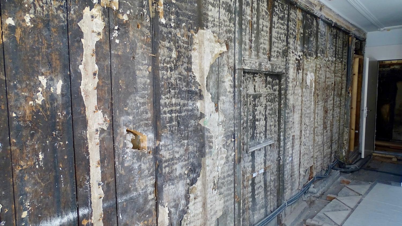 Diese historische Wand oberhalb des Borromäussaals muss stabilisiert werden. Durch den Hohlraum am Boden gelante Wasser zur Saaldecke.