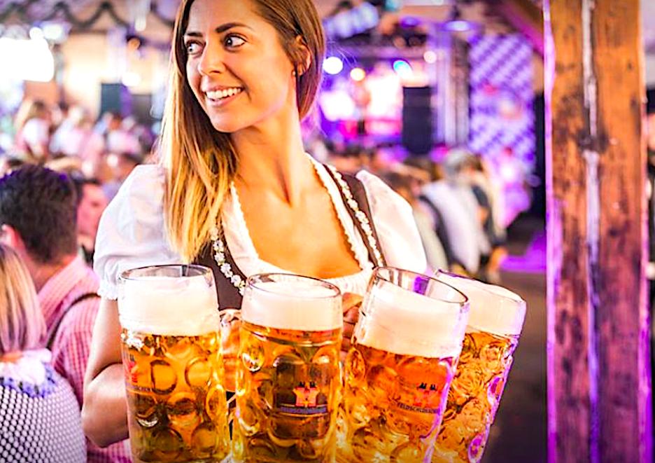 Vollgetankt – mit Bier in Masskrügen. Impression von der ersten «Zuger Wiesn» auf dem Stierenmarktareal.