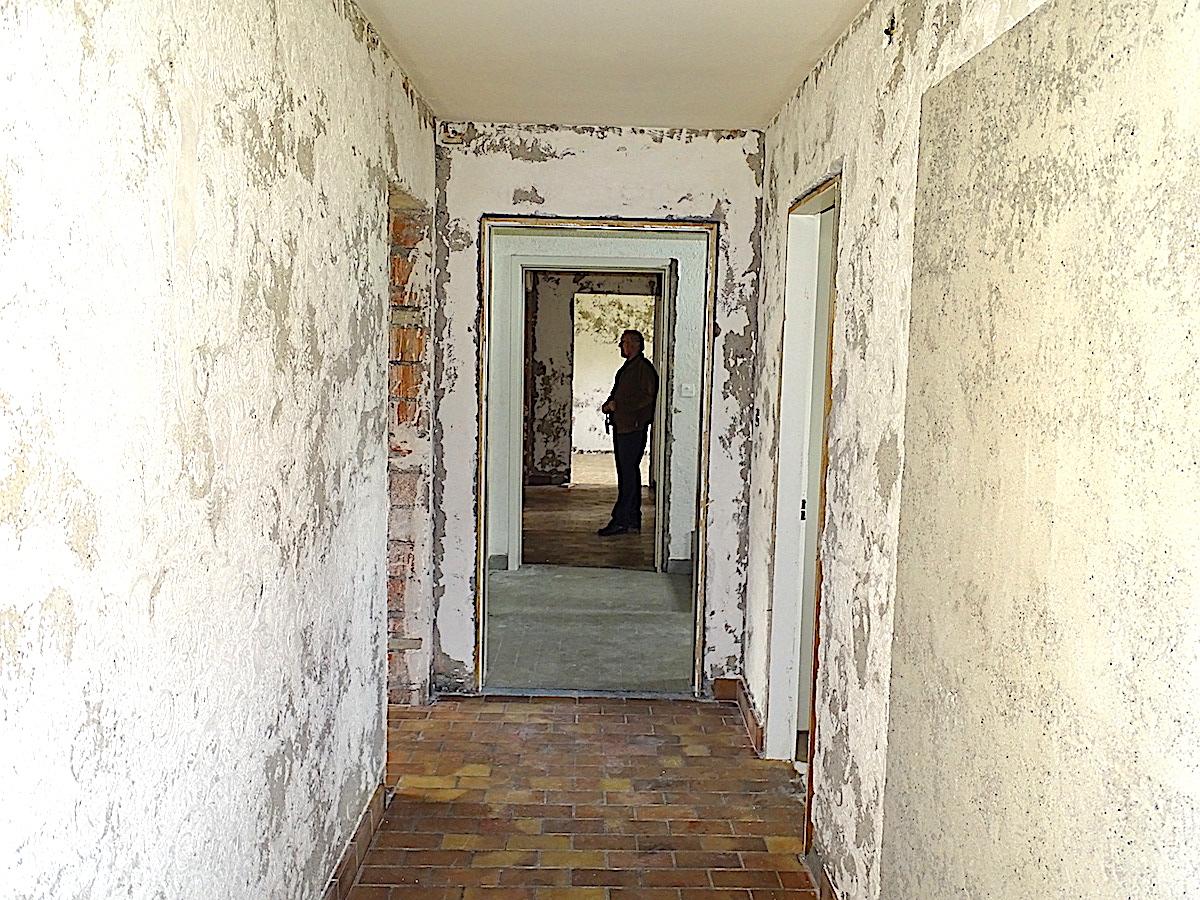 Fast wie steinzeitliche Höhlen sehen die leer geräumten Wohnungen aus, von deren Wänden noch die asbesthaltige Farbe abgekratzt wurde.