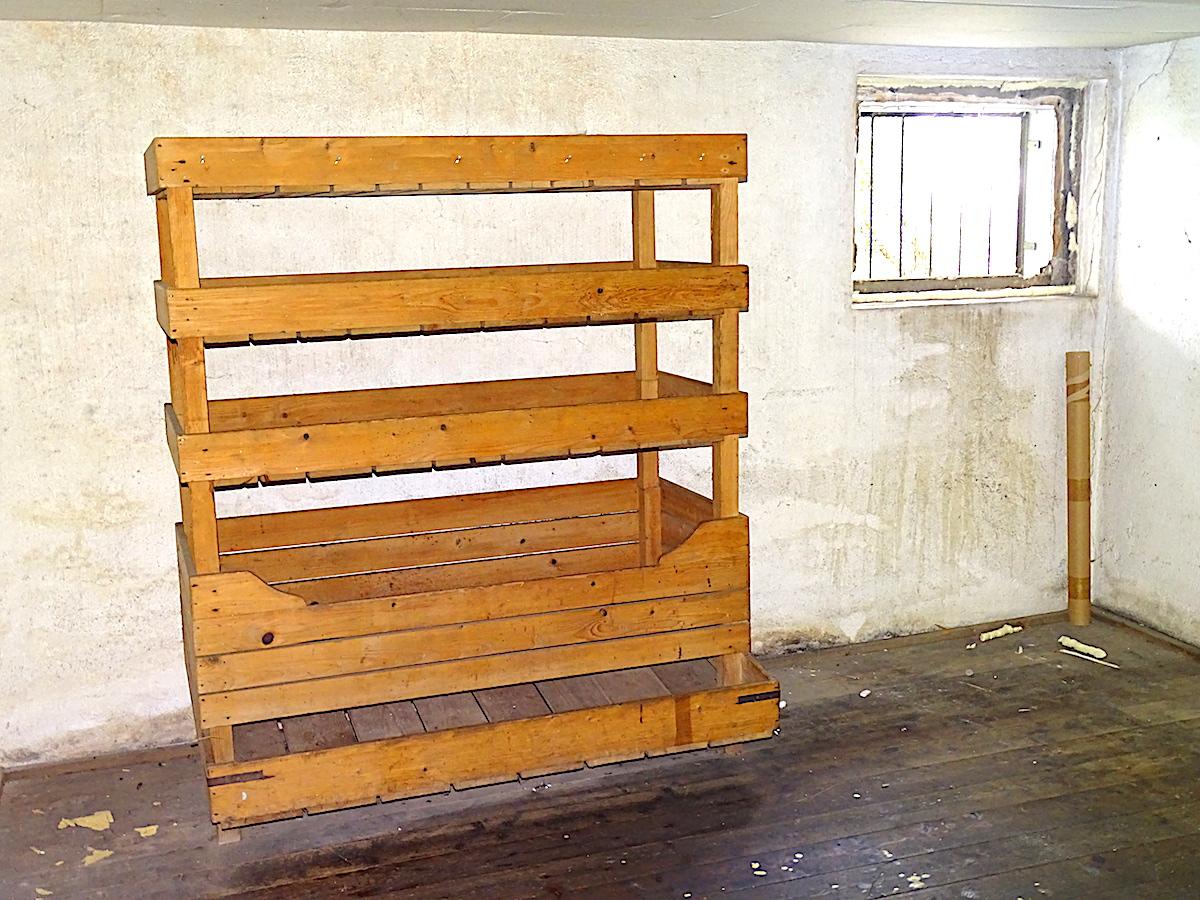 Kein Gefängnis mit hartem Etagenbett: In den Holzgestellen lagerten die Bewohner Kartoffeln, Obst und andere Lebensmittel.