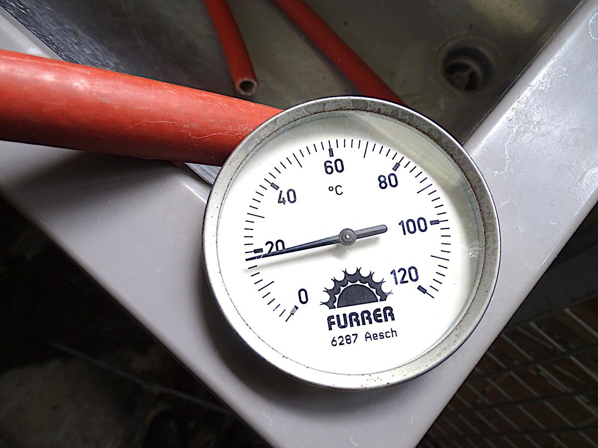 Abmontierter Temperaturmesser im Heizungskeller.