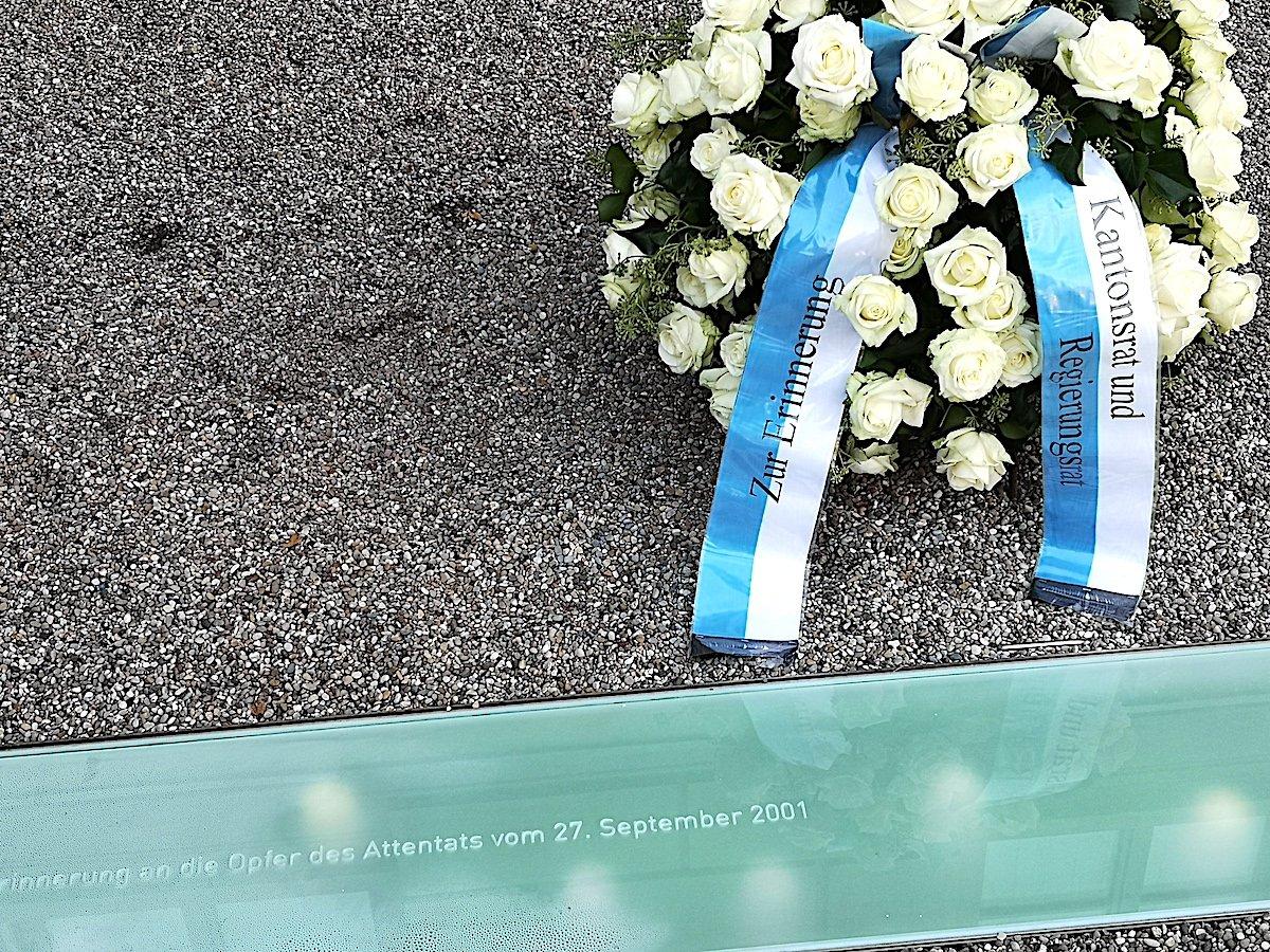 Zm Gedenktag am 27. September steht ein Blumenstrauss am Denkmal.