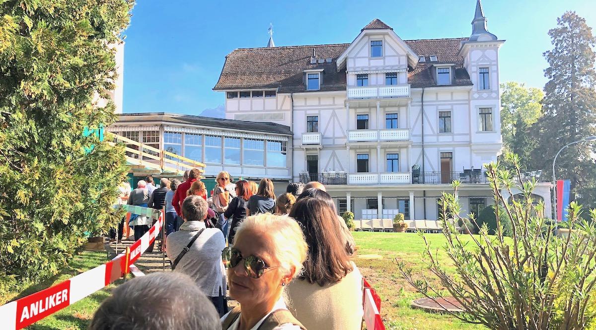 Besser organisiert: Die Schlangen sind kleiner als bei der Luzerner Liquidation im Hotel Palace.