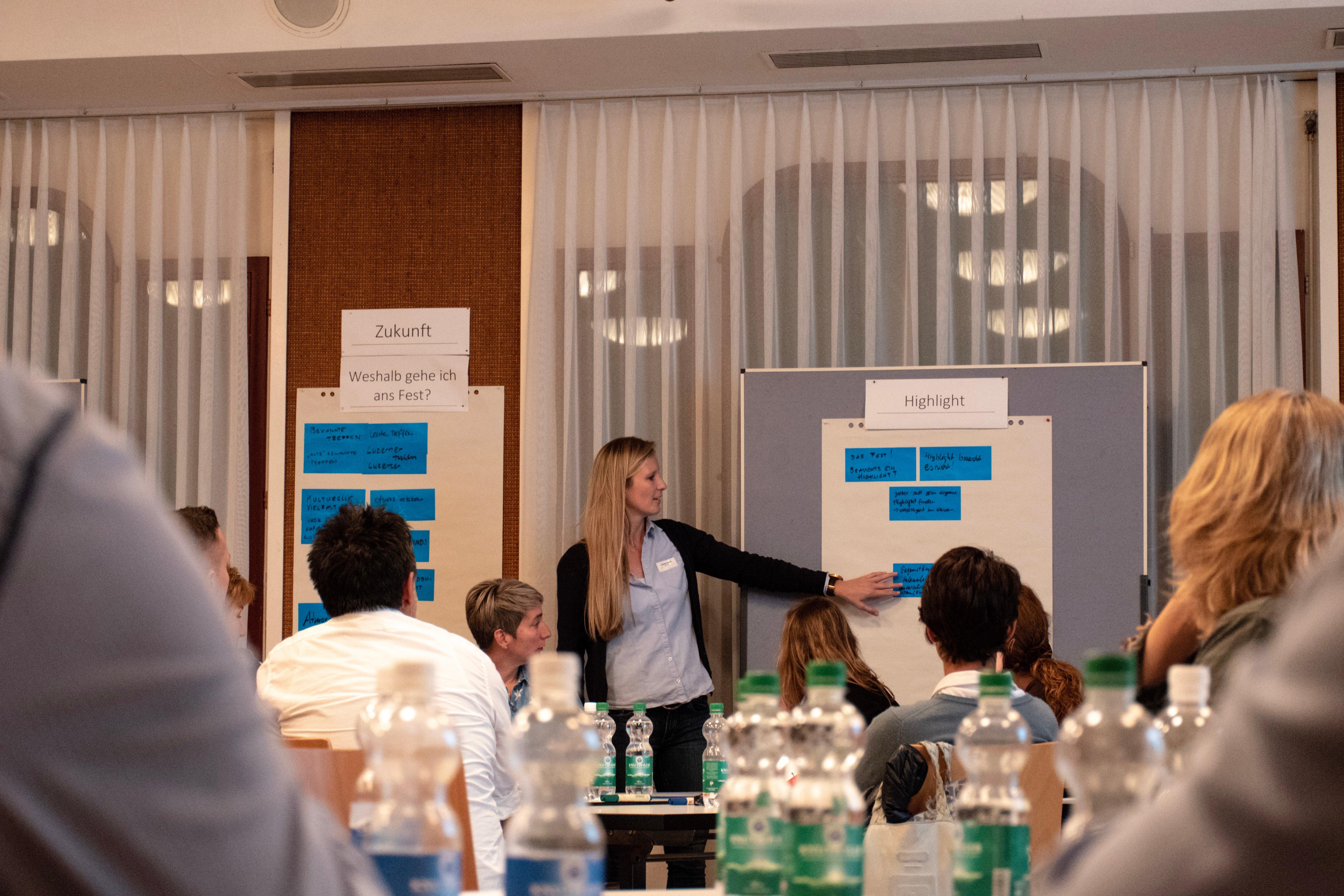 Leevke Stutz und Erich Felber von der Projektleitung führten gemeinsam durch den Workshop.