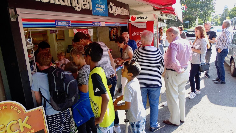 Ob jung oder alt: Die Menschen aus dem Quartier verabschiedeten sich von ihrem Kiosk.