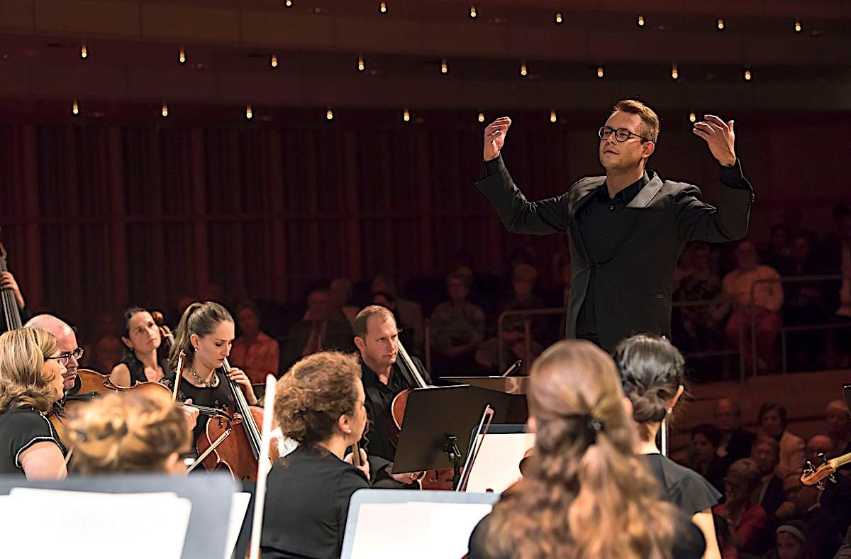 Chefdirigent Daniel Huppert mit der Zuger Sinfonietta beim Konzert im Lorzensaal in Cham.