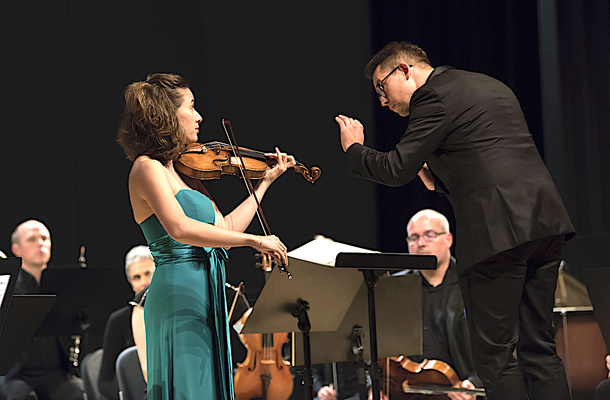 Innigstes musikalisches Verständnis: Chefdirigent Daniel Huppert und Violonistin Esther Hoppe.