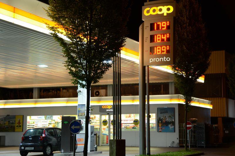 Auch die Coop Mineralöl AG passt ihre Benzinpreise dem hohen lokalen Zuger Level an.