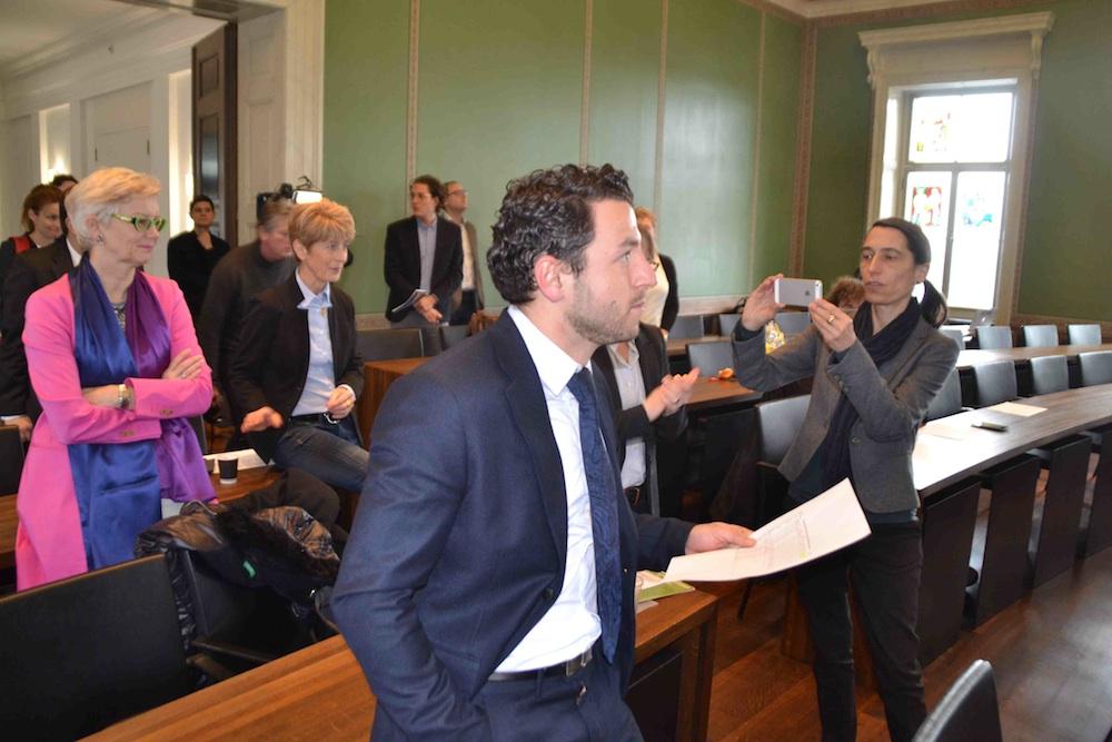 Gespanntes Warten auf die Wahlergebnisse am 17. Januar im Zuger Regierungsgebäude. Vorne SP-Kandidat Zari Dzaferi.