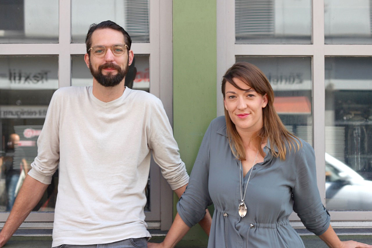 «Als würden wir zuhause eine Beiz eröffnen»: Moritz und Luigina Stiefel vor dem Hopfenkranz. (Bild: ybi)