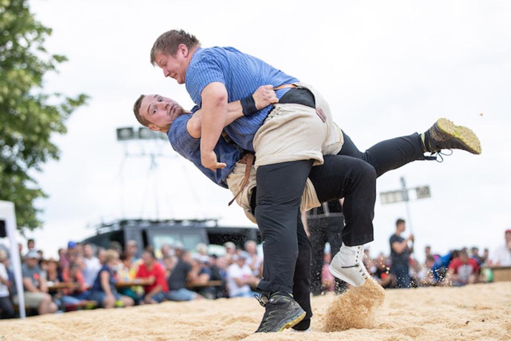 Erfolgreich unterwegs: Joel Wicki (links) legt einen Gegner auf den Rücken.