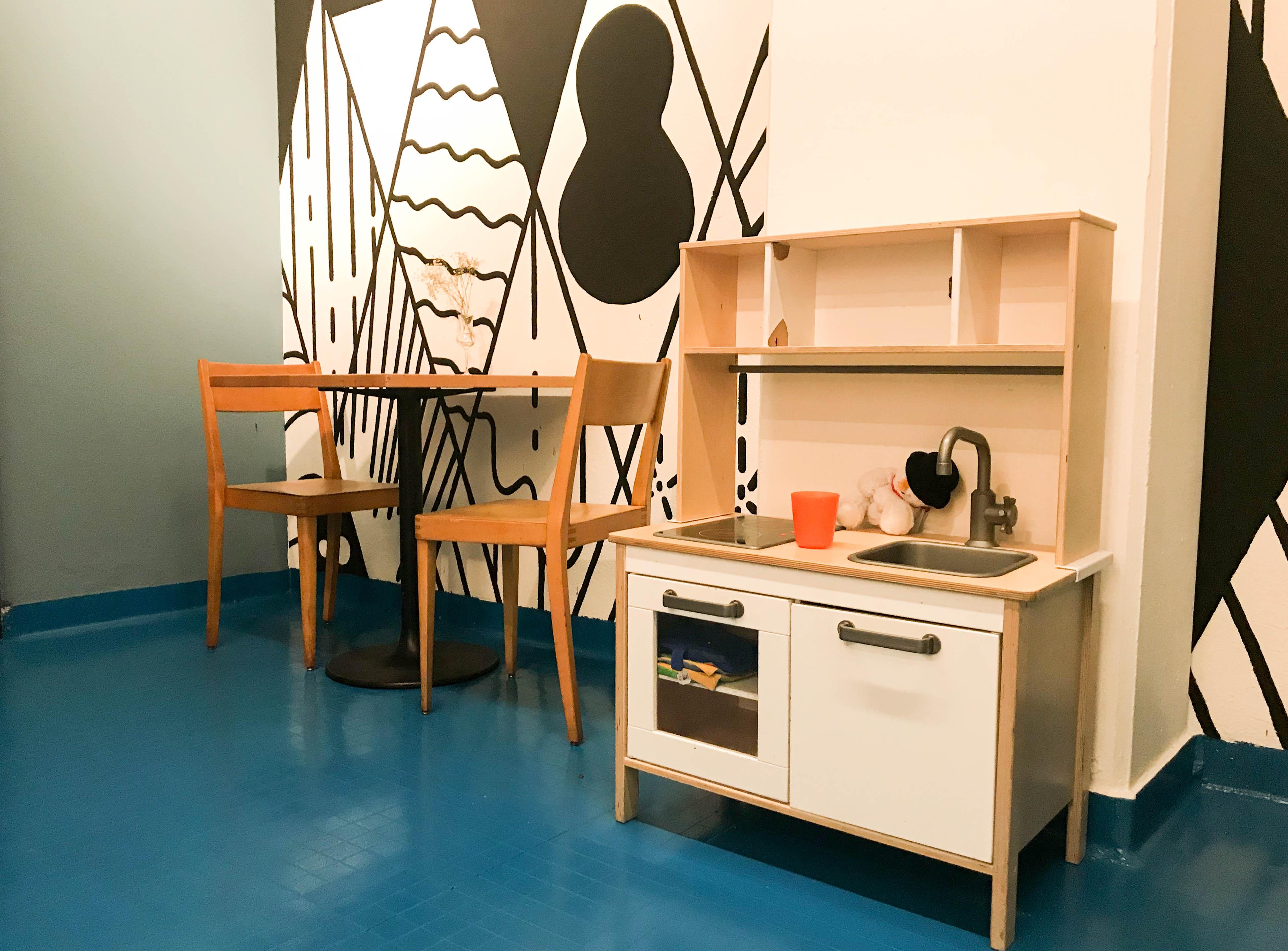 Im Spielraum gibt's eine Küche für die Kleinen.