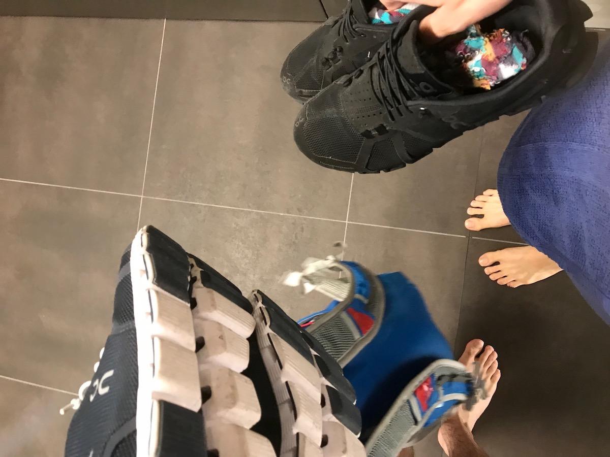 Badetuch um den Körper geschlungen, Tasche in der einen, Schuhe in der anderen Hand. Der Garderobenwechsel ist etwas mühsam.