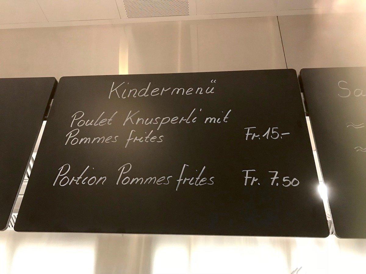 Fürs Kindermenü zahlt der Kunde 15 Franken. Dafür kommt das Poulet aus der Schweiz.