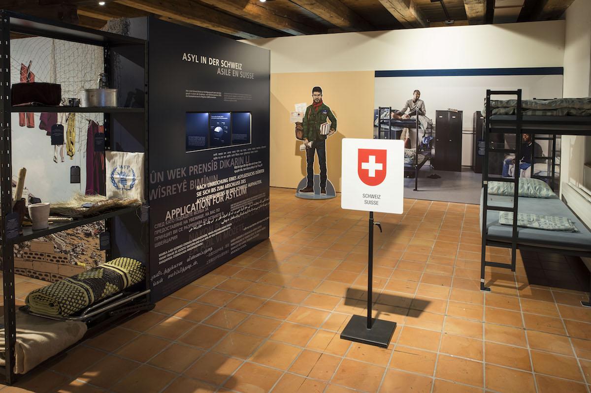 In der Ausstellung wird auch über das Schweizer Asylwesen informiert.